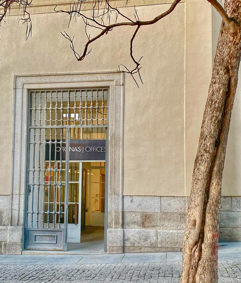 Puerta de acceso al edificio Sabatini del Museo Reina Sofía, 2021. Fotografía: Belén Domínguez de Antonio