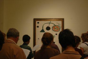 Asistentes al curso ante una obra de Joan Miró. Museo Reina Sofía, 2007