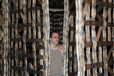 Visitante en Pabellón suspendido en una habitación II, de Cristina Iglesias