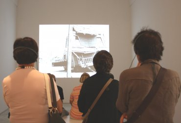 Varias personas asistiendo a una visita inclusiva a la Colección. Museo Reina Sofía, 2010.