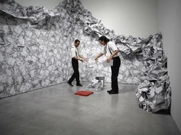 Interpretación circense ante la obra de Liliana Porter Wrinkle environment installation, 1969. Papel impreso y cinta adhesiva, dimensiones variables