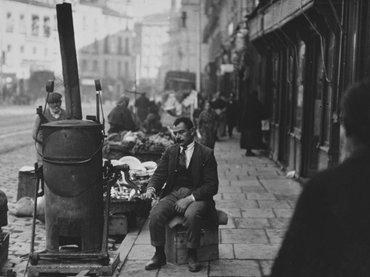 Alfonso Sánchez Portela, Tostador de café en la calle de Toledo, 1925