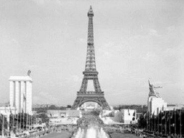 Exposición Universal de París, 1937. Pabellón soviético, a la derecha, frente al pabellón nacionalsocialista