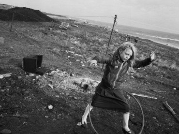 Chris Killip. Helen and Her hula-hoop, Lynemouth, Northumberland. Serie: Seacoal, 1984. Courtesy of the artist © Chris Killip