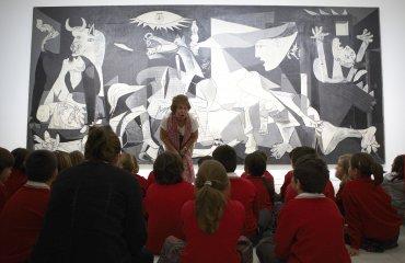Juani, voluntaria cultural del Museo Reina Sofía, con un grupo de escolares