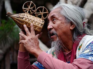 Retrato de Kidlat Tahimik con su cámara de bambú, s.f. Fotografía: Jojo Gloria