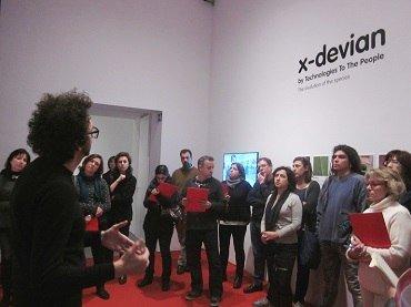 Profesores asisten a una sesión preparatoria con el artista Daniel García Andújar