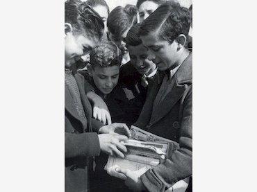 Anónimo. Niños con tebeos. Fotografía, 1950