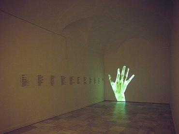 Vista de sala de la exposición. Antoni Abad. Medidas de emergencia, 1997