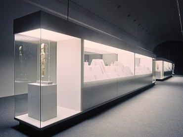 Vista de sala de la exposición. Esculturas de las Islas Cícladas. Colección de N.P. Goulandris en el MNCARS, 1999
