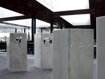 Vista de sala de la exposición. Andreas Fogarasi. La ciudad de color/Vasarely Go Home, 2011