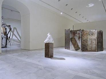 Vista de sala de la exposición. Louise Bourgeois. Memoria y arquitectura, 1999