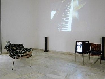 Vista de sala de la exposición. Franz West. In out, 2001