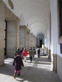 Grupo escolar asistiendo a una visita guiada por voluntarios culturales. Museo Reina Sofía, 2009