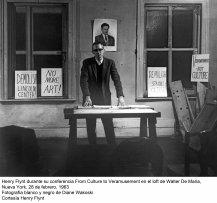 Henry Flynt durante su conferencia From Culture to Veramusement en el loft de Walter De Maria, Nueva York, 28 de febrero, 1963. Fotografía b/n de Diane Wakoski. Cortesía Henry Flynt