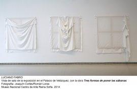 Vista de sala de la exposición con la obra Tres formas de poner las sábanas
