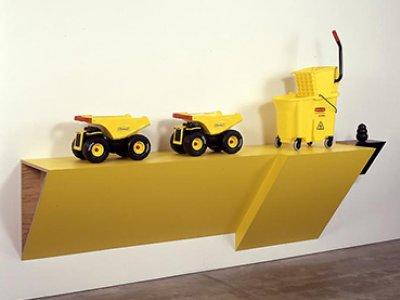Haim Steinbach. Tonkong rubbermaid II-1. Instalación, 2007