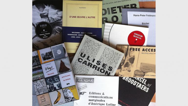 Selección de catálogos de exposición de Guy Schraenen. Fotografía: Maike Aden