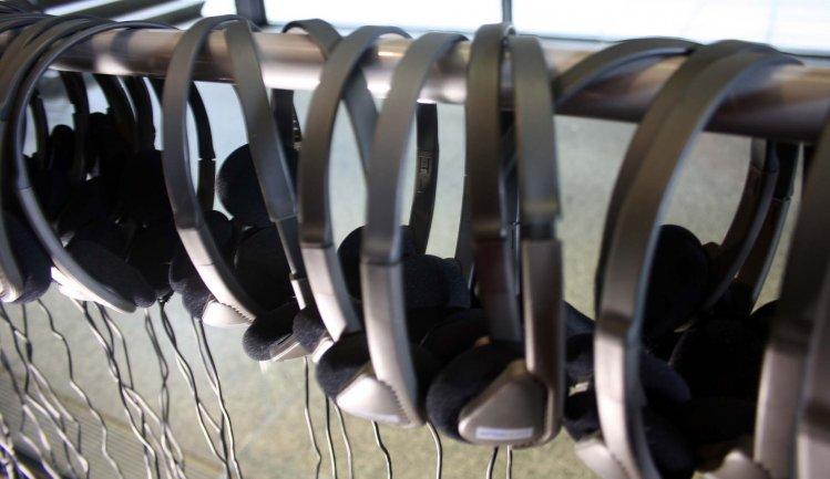 Auriculares para realizar el recorrido autónomo con las audioguías inclusivas. Museo Reina Sofía, 2007.