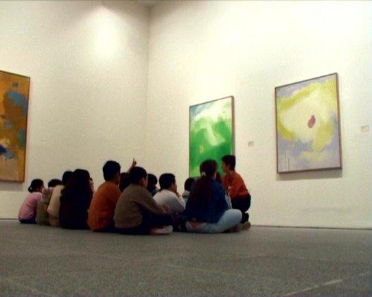 Otro de los grupos asistentes ante obras de Esteban Vicente. Museo Reina Sofía, 2007.