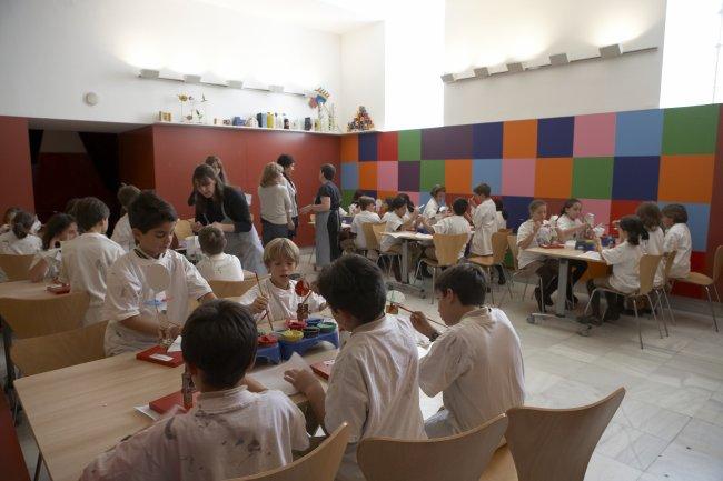 Alumnos de Primaria trabajando en el taller. Museo Reina Sofía, 2008.