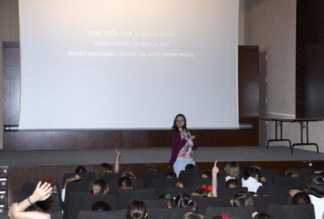 Educadora y alumnos de Primaria comentando los cortometrajes tras la proyección. Museo Reina Sofía, 2008.