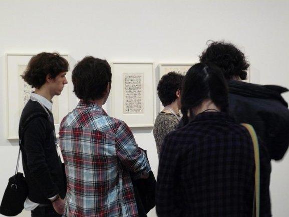 Los jóvenes recorren la exposición León Ferrari y Mira Schendel: El alfabeto enfurecido junto a los educadores