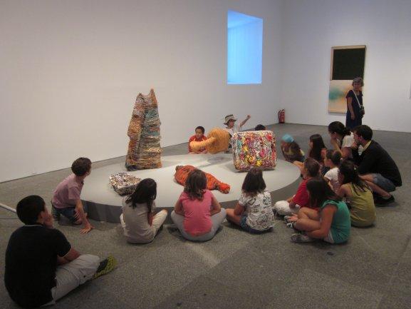 Durante la visita a la exposición RosemarieTrockel. Un cosmos