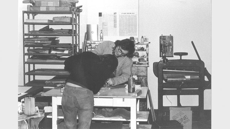 Guy Schraenen con Antoine de Bary en el taller de imprenta de Guy Schraenen éditeur, ca. 1974. Crédito desconocido