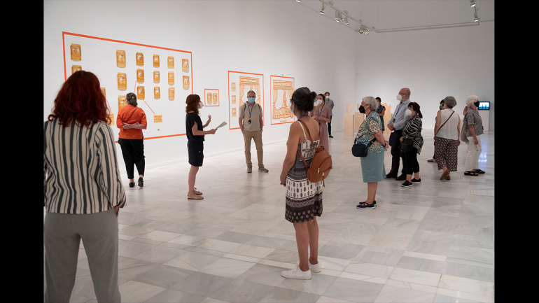 Tour of Ida Applebroog. Marginalias. Museo Reina Sofía, 2021. In the center of the image Soledad Liaño, curator of the exhibition