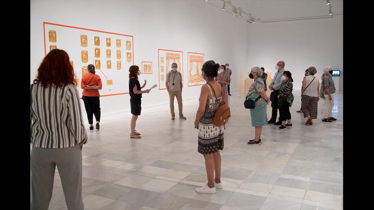 Recorrido por la exposición Ida Applebroog. Marginalias, Museo Reina Sofía, 2021. En el centro de la imagen Soledad Liaño, comisaria de la exposición
