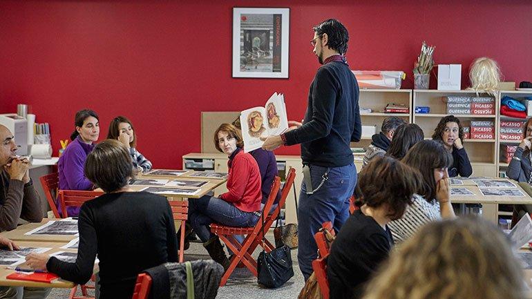 Momento del taller conducido por el artista Jonathan Notario