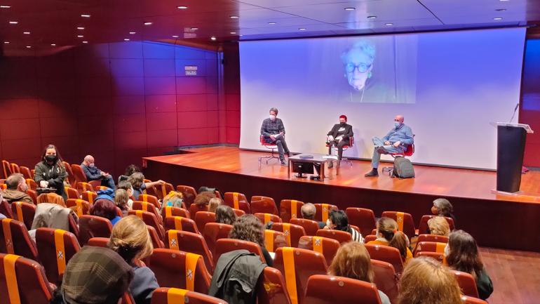 Encuentro con Concha Jerez, 2021. En la imagen (de izquierda a derecha): Chema González, Concha Jerez y Fernando Castro Flórez. Mieke Bal en pantalla. Fotografía: Celia Maldonado