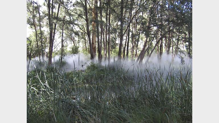Fujiko Nakaya, Fog Sculpture #94925. Foggy Wake in a Desert: An Ecosphere. Sculpture Garden, Australian National Gallery, Canberra, 1983. Fotografía: Bertie Mabootoo (CC BY 2.0)
