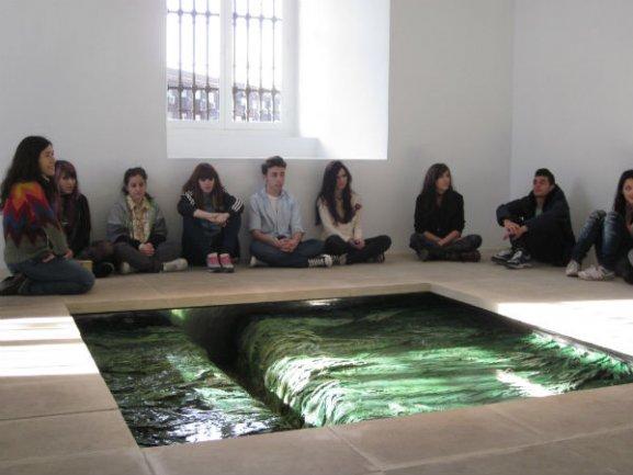 Alumnos durante su visita a la exposición