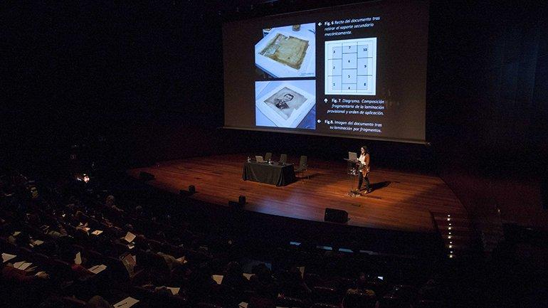 Laura Feliz- Oliver mostrando los efectos del blanqueo solar en el documento gráfico