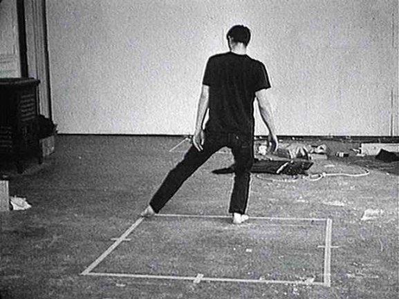 Fotograma del vídeo Dance or Exercise on the Perimeter of a Square (Square Dance) / Danza o ejercicio en el perímetro de un cuadrilátero (Danza cuadrada), 1967-1968 de Bruce Nauman. © Bruce Nauman, VEGAP, Madrid 2015. Cortesía de Electronic Arts Intermix (EAI), Nueva York
