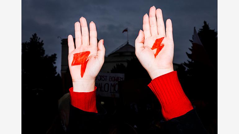 Manifestante feminista en Polonia, 2020. Fotografía: Rafal Milach. Cortesía de The Archive of Public Protests (APP), Polonia