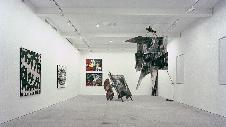 Vista de sala de la exposición. Memoria del futuro. Arte italiano desde las primeras vanguardias a la posguerra, 1990