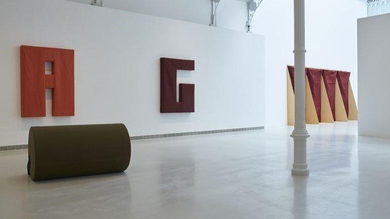 Vista de exposición: Franz Erhard Walther. Un lugar para el cuerpo, Palacio Velázquez, Madrid 2017