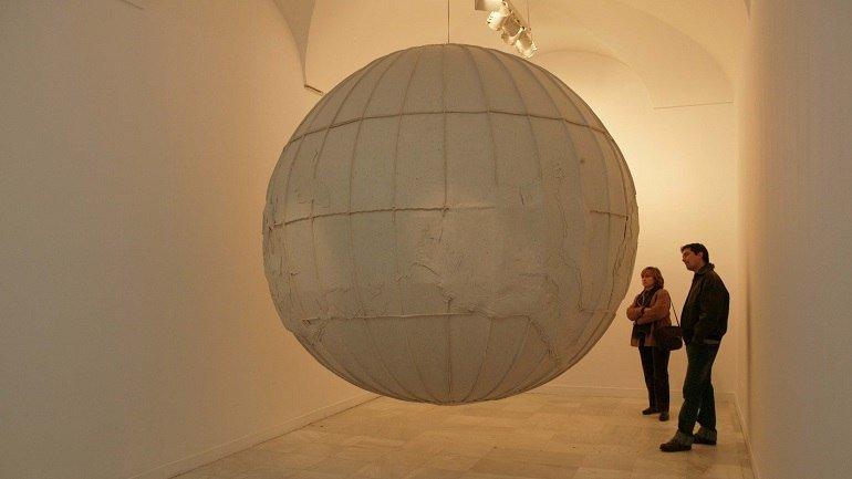 Exhibition view. Elizabeth Aro. Otro en el espejo, 2004