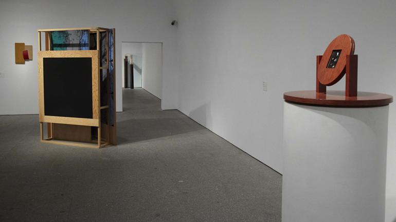 Vista de sala de la exposición. Mínima resistencia. Entre el tardomodernismo y la globalización: prácticas artísticas durante las décadas de los 80 y 90, 2013