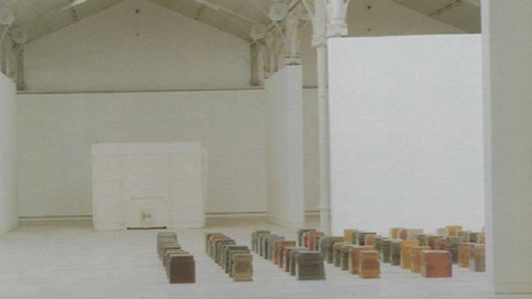 Vista de sala de la exposición. Rachel Whiteread. One Hundred Spaces, 1997