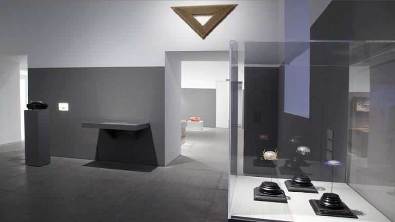 Vista de sala de la exposición. Rosemarie Trockel. un cosmos, 2012