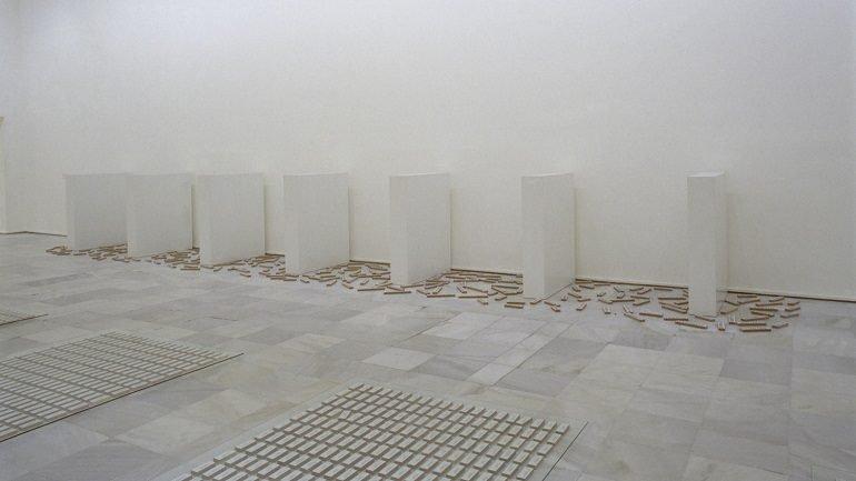 Vista de sala de la exposición. Versiones del Sur: Cinco propuestas en torno al arte en América. No es sólo lo que ves: Pervirtiendo el minimalismo, 2000