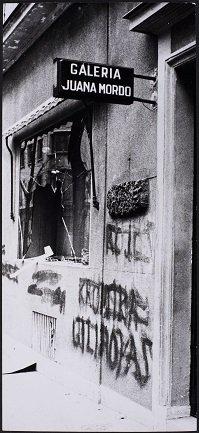 Fachada de la Galería Juana Mordó tras el atentado sufrido por la presentación de los libros de Santiago Carrillo, La Pasionaria y Regis Debray (1979?). Archivo de la Galería Juana Mordó. Centro de Documentación