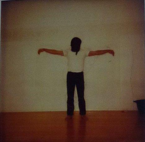 Registro fotográfico de la performance de Clemente Padín Por el arte y por la paz, durante la inauguración de la muestra de arte correo América Latina, Hoy, 1984, en la Galería DAAD, Berlín Occidental, 21 de mayo de 1984. Archivo Clemente Padín (UDELAR, Montevideo)