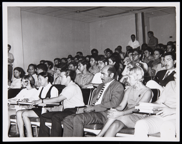 Vista de la conferencia de Umbro Apollonio en Mayagüez. Archivo de la Revista de Arte (Mayagüez). Centro de Documentación