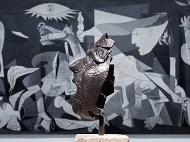 Masque de Montserrat criant (Máscara de Montserrat gritando), de Julio González frente al Guernica, de Pablo Picasso, Museo Reina Sofía