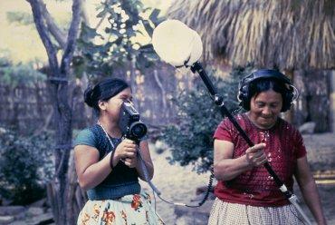 Elvira Palafox y Guadalupe Escandón durante el Primer Taller de Cine Indígena del Instituto Nacional Indigenista. D.R. © Alberto Becerril, 1985, Instituto Nacional de los Pueblos Indígenas.